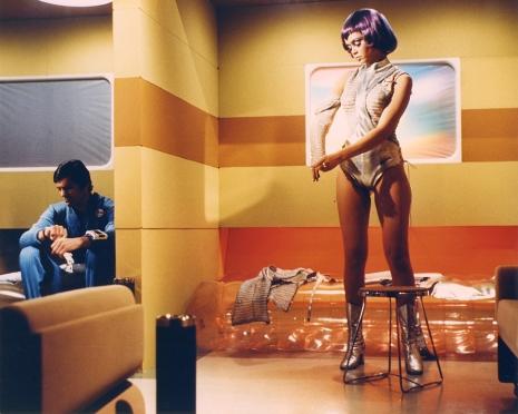 La famigerata scena del cambio d'abito del Tenente Gay Ellis (l'attrice Gabrielle Drake) tegliata nella versione italiana del telefilm